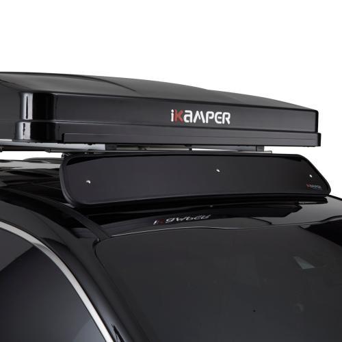 Riduci la resistenza dell'aria e risparmia carburante aggiungendo il deflettore del vento davanti alla tua tenda da tetto iKamper. Il deflettore si attacca ai binari nella parte inferiore di tutte le tende iKamper.