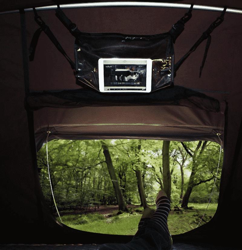 Si quiere ver una película bajo las estrellas o entretener a los más pequeños en los días de lluvia sin dejar la comodidad de su tienda de techo el soporte para tablet es la mejor opción.